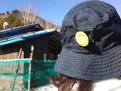 帽子に山マイマイバッジ